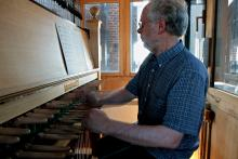 Jan Achterkamp achter het carillon van de Lebuinuskerk