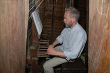 Jan Achterkamp bespeelt het carillon van kasteel Nyenrode te Breukelen